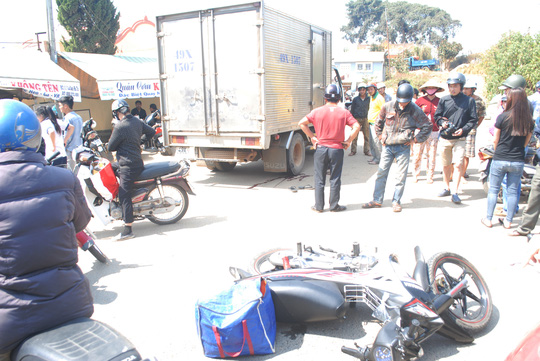 Đà Lạt: Thanh niên nguy kịch do phóng nhanh, lao vào xe tải