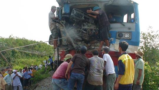 Đội cứ hộ và người dân giải cứu lái tàu kẹt trong buồng lái