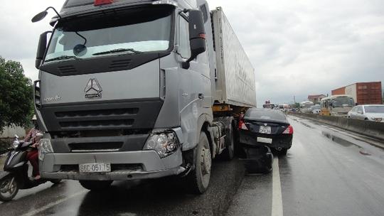 Chiếc xe tải cũng bị hư hỏng phần đầu