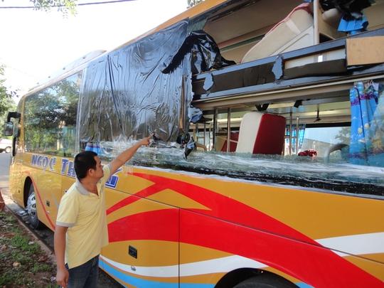 Xe Ngọc Thông, một trong số các xe bị ném đá làm vỡ kính