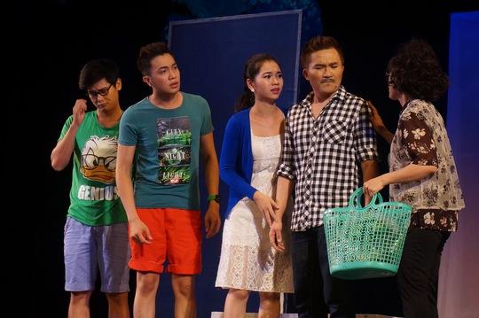 """Cảnh trong vở nhạc kịch """"49 ngày yêu"""" của đạo diễn Ngọc Trinh, diễn tại Nhà hát Kịch TP HCM"""