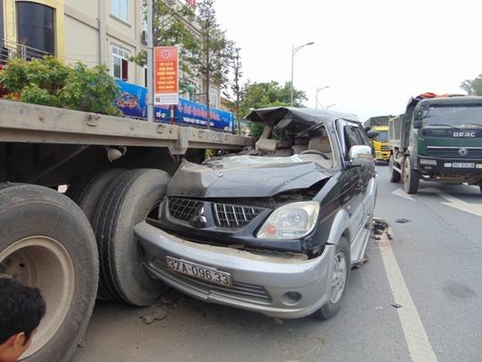Đầu chiếc ô tô dính chặt xe đầu kéo sau vụ tai nạn