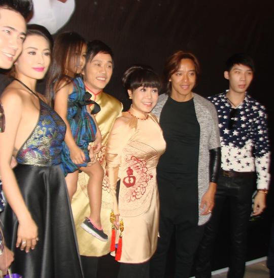Hoài Linh bế con gái của Việt Hương cùng chụp ảnh
