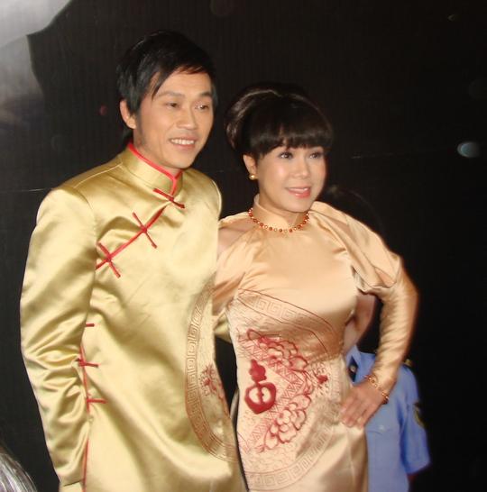 Hoài Linh và Việt Hương trong bộ áo dài đôi