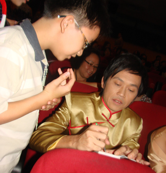 Hoài Linh ký tặng khán giả trong rạp