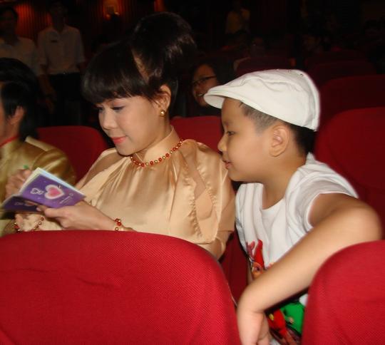 Việt Hương cũng tranh thủ ký tặng một khán giả nhí