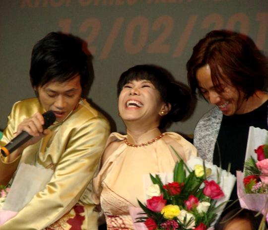 Việt Hương cười tít mắt khi đứng giữa Hoài Linh và Hoài Phương