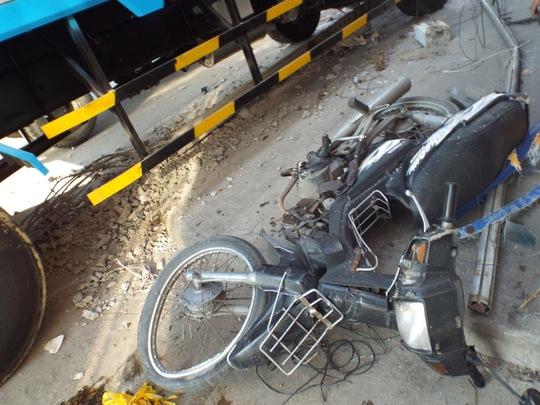 Xe máy dựng gần đó cũng bị hư hỏng nặng sau vụ tai nạn liên hoàn