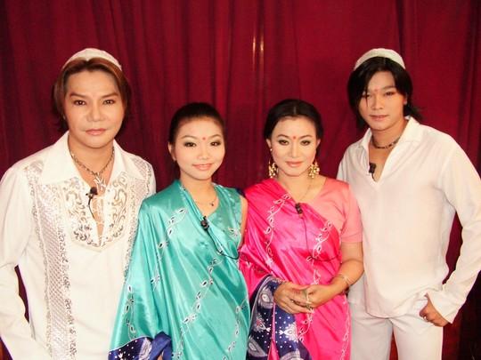Gia đình nghệ sĩ Linh Tâm, Cẩm Thu và hai con: Linh Tý, Thu Tâm trong vở Mùa tôm (năm 2004)