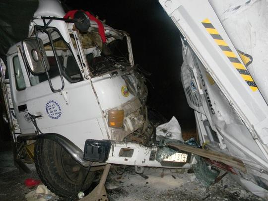 Leo đèo, thùng container văng khỏi xe đầu kéo, 2 người tử vong