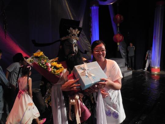 Khán giả tặng quà chúc mừng Vũ Luân hoàn thành vai diễn Bao Công