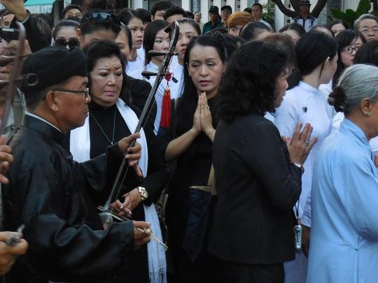 NSND Kim Cương, nghệ sĩ đàn tranh - Tiến sĩ Hải Phượng túc trực tại tang lễ GS-TS Trần Văn Khê