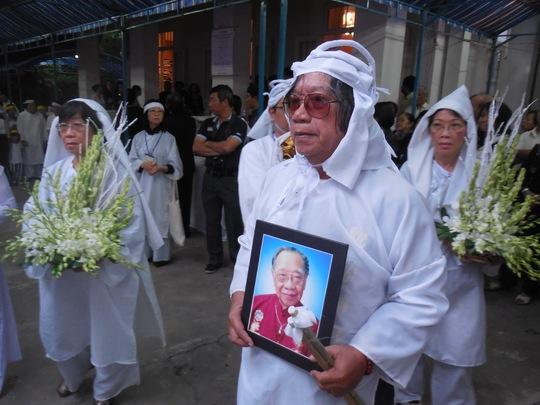 Kiến trúc sư Trần Quang Minh - con trai thứ của GS-TS Trần Văn Khê nâng niu di ảnh của cha
