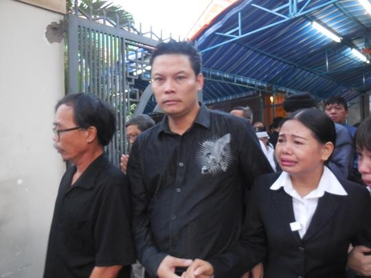 Đạo diễn Lê Quý Dương dìu chị Nguyễn Thị Na - người chăm sóc GS-TS Trần Văn Khê suốt 10 năm qua