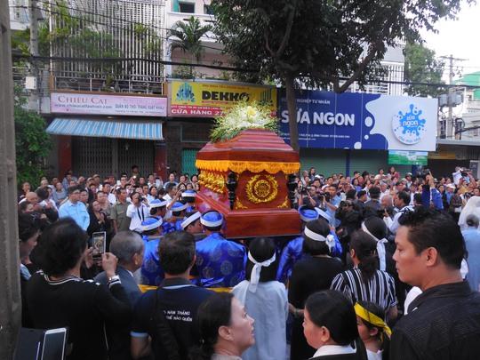 Hàng ngàn người dân đứng chật con đường Huỳnh Đình Hai, tiễn đưa linh cữu GS-TS Trần Văn Khê về nơi an nghỉ cuối cùng
