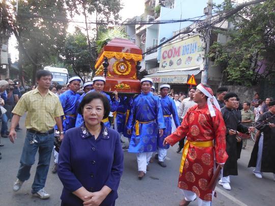 Bà Trương Ngọc Thủy - nguyên giám đốc Sở VHTT TP HCM - người gắn bó với GS-TS Trần Văn Khê trong nhiều công trình văn hóa nghệ thuật của TPHCM đã đến tiễn biệt ông trong tâm trạng đau buồn