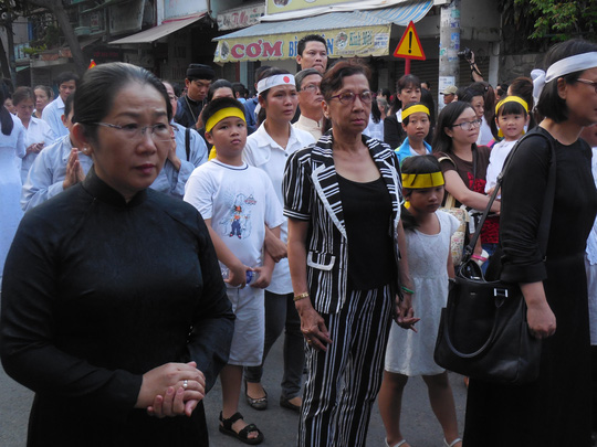 Bà Võ Thị Dung - Chủ tịch UBMTTQ Việt Nam - TP HCM tiễn đưa GS-TS Trần Văn Khê về nơi an nghỉ cuối cùng
