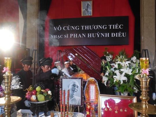 Các nhân viên mai táng chuẩn bị đóng nấp quan tài cố nhạc sĩ Phan Huỳnh Điểu