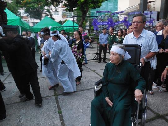 Bà Vân nén xúc động nhìn quan tài của chồng trong ngày tiễn biệt
