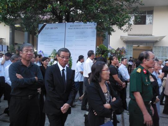 Ông Hứa Ngọc Thuận - Phó chủ tịch UBND TPHCM tiễn đưa nhạc sĩ Phan Huỳnh Điểu về nơi an nghỉ cuối cùng