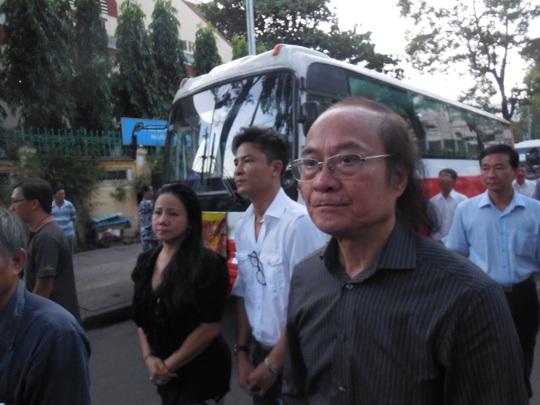 NSND Đỗ Lộc và ca sĩ Ngọc Ánh lặng lẽ đi theo sau quan tài cố nhạc sĩ Phan Huỳnh Điểu