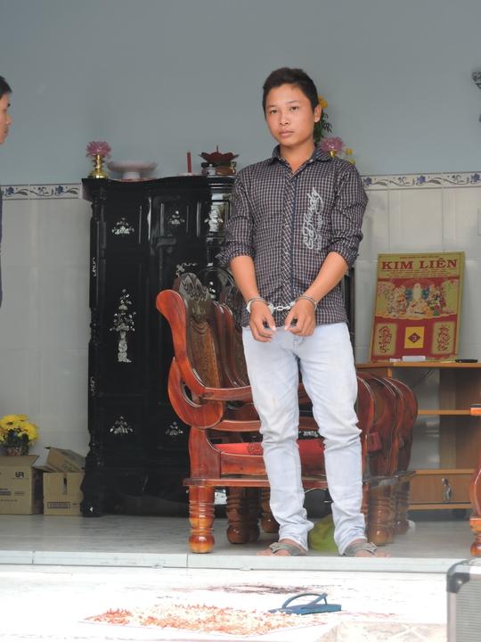 Huỳnh Trung Thoại được đưa đi thực nghiệm hiện trường vụ án xảy ra tại xã Long Sơn