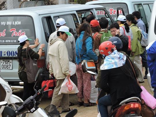 Xe người tấp nập đổ về cảng Sa Kỳ để mua vé ra đảo Lý Sơn