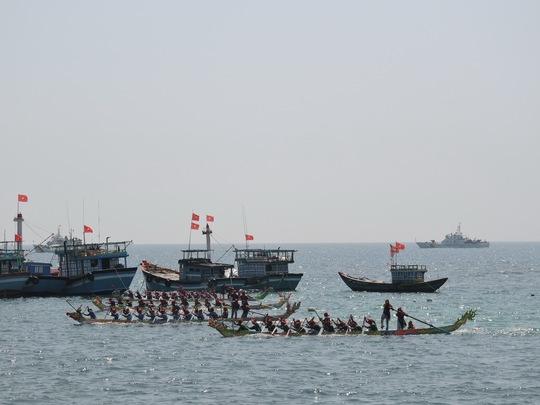 Lý Sơn: Tưng bừng khai hội đua thuyền Tứ Linh