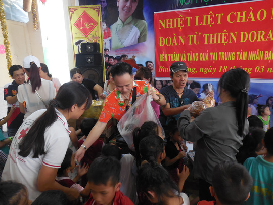 Danh hài Bảo Chung, Tấn Beo vui hát với trẻ em mồ côi