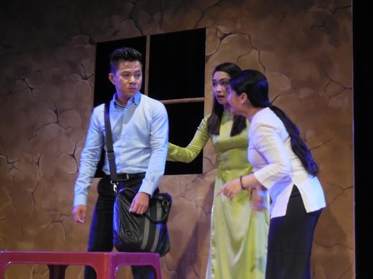 Tú Sương gây xúc động khi lần đầu diễn kịch