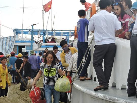 Nhiều hành khách vui ra mặt khi mua được tấm vé, chuẩn bị ra tàu lên đảo