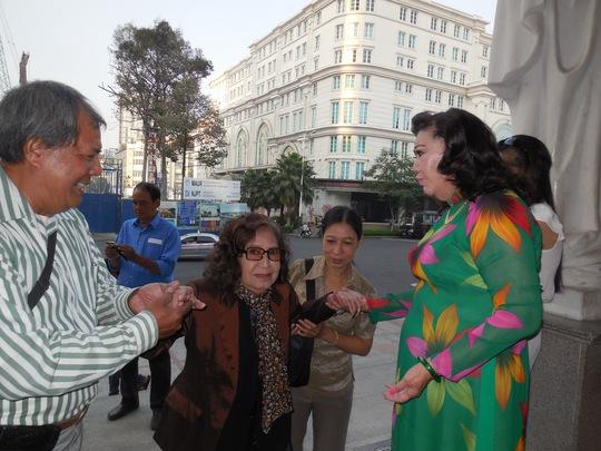 NSND Kim Cương đón Tết sớm với các nghệ sĩ lão thành và công nhân hậu đài tại Nhà hát TP sáng 7-2