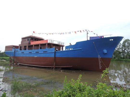 Hạ thủy tàu dịch vụ hậu cần nghề cá của Công ty CPTS Lý Sơn.