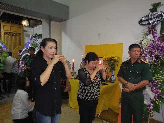 Phương Dung, Phi Phụng thắp hương tiễn biệt DV hài Đăng Lưu