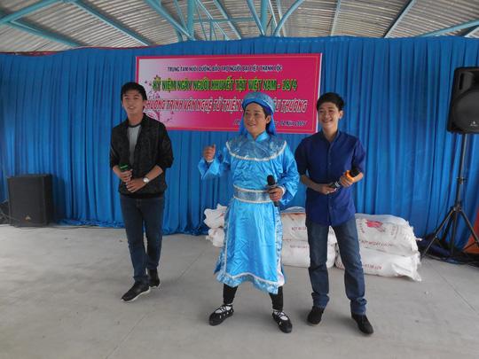 NS Huỳnh Quý, Chấn Cường và Trung Tính biểu diễn văn nghệ tại TT Thạnh Lộc sáng 18-4-15
