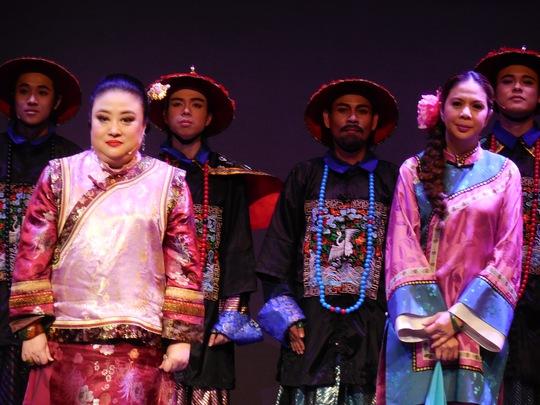 Công nương Soamasawali cùng tất cả diễn viên hát bài Đức vua vạn tuế sau suất diễn