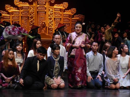 Các khán giả quỳ bên chân Công nương Soamsawali chụp ảnh lưu niệm sau suất diễn
