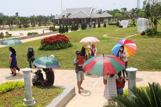 Ngoài thăm tượng đài, du khách thích thú chụp ảnh lưu niệm