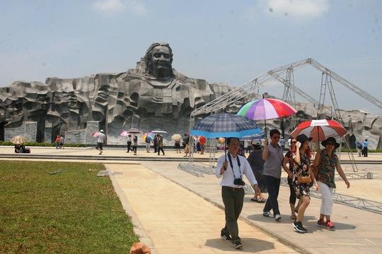 Lượng du khách kéo đến tượng Mẹ Việt Nam Anh hùng trong ngày đầu nghỉ lễ khá đông