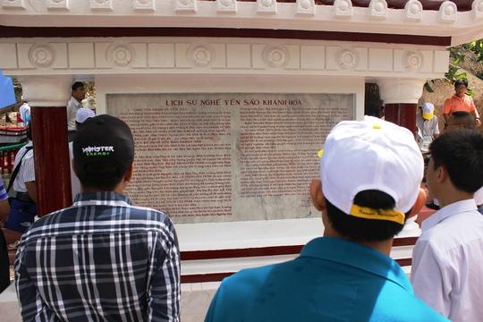 Du khách xem lịch sử nghề yến sào