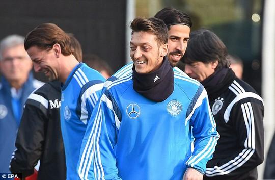 Mesut Ozil cười tươi rối trong buổi tập trung cùng tuyển Đức