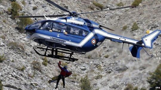 Nhân viên cứu hộ tiếp cận hiện trường tai nạn. Ảnh: EPA