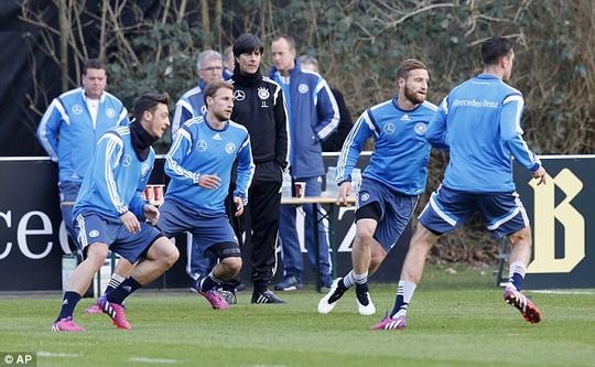 Ozil tập luyện bình thường cùng tuyển Đức