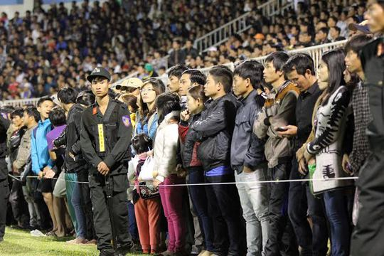 Dù tràn xuống sân nhưng những khán giả này rất trật tự xem bóng đá