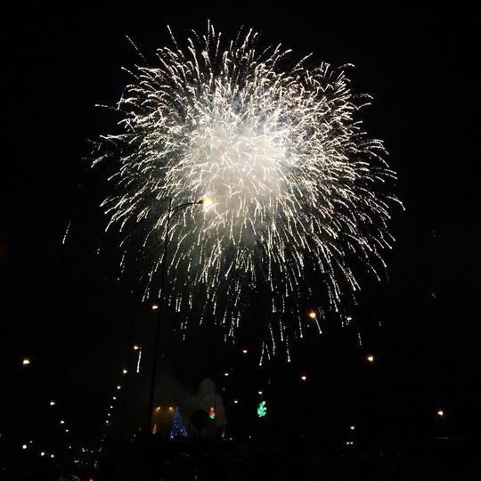 Đúng 24 giờ 00, pháo hoa rực sáng trên bầu trời thành phố Vị Thanh