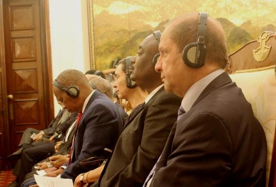 Đại biểu lắng nghe bài phát biểu của đại sứ Trung QUốc