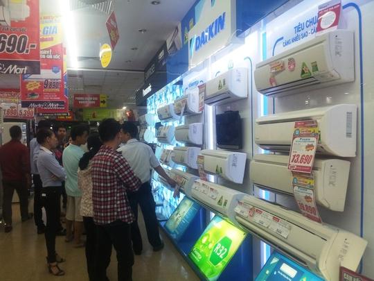 Khách chọn mua đồ điện lạnh tại siêu thị Media Mart Hà Đông  Ảnh:  Nguyễn Hưởng