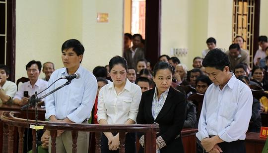 Các bị cáo Sơn, Vân, Thuận và Thiện (từ trái sang) tại phiên tòa sơ thẩm