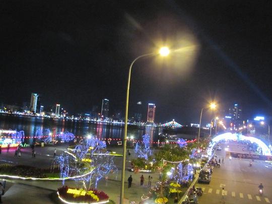 Đường hoa Trần Hưng Đạo ở TP Đà Nẵng vắng vẻ hơn các năm. Ảnh: H.Dũng