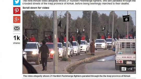 Các chiến binh người Kurd bị nhốt trong lồng sắt diễu hành trên đường. Ảnh: Daily Mail